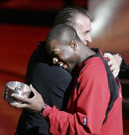 nba 英语 迈阿密/图文:热火戴上NBA总冠军戒指韦德与教练拥抱...