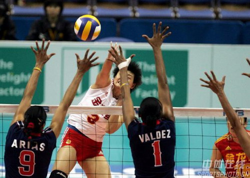 图文:女排世锦赛3-0多米尼加 杨昊大力扣杀