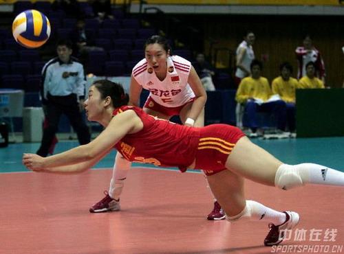 图文:女排世锦赛3-0多米尼加 张娜在救球