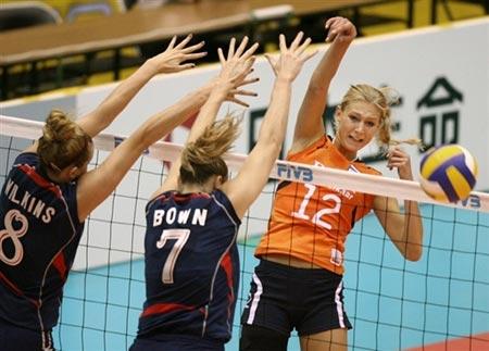 图文:美国女排险胜荷兰 美国队双人拦网
