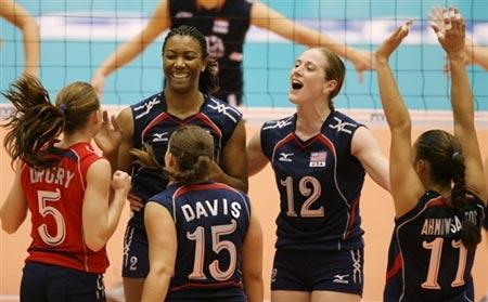 图文:美国女排险胜荷兰 美国女排庆祝胜利