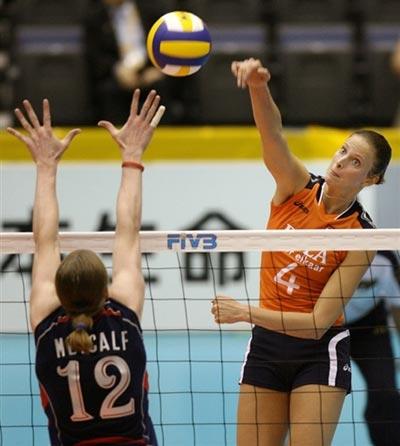 图文:美国女排险胜荷兰 荷兰队员扣杀