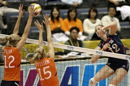 图文:美国女排险胜荷兰 荷兰队双人拦网