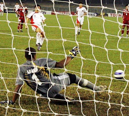 图文:亚青赛中国VS阿联酋 王永珀点球破门瞬间