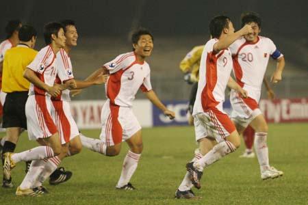 图文:亚青赛中国VS阿联酋 王永珀剑指胜利