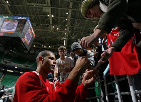 NBA图:常规赛火箭VS爵士 赛前巴蒂尔签名