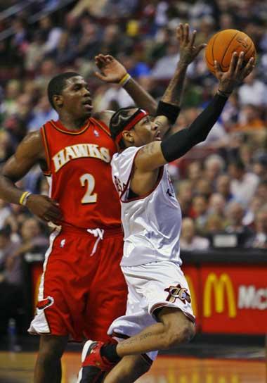 图文:NBA常规赛76人对阵老鹰 艾弗森轻松突破
