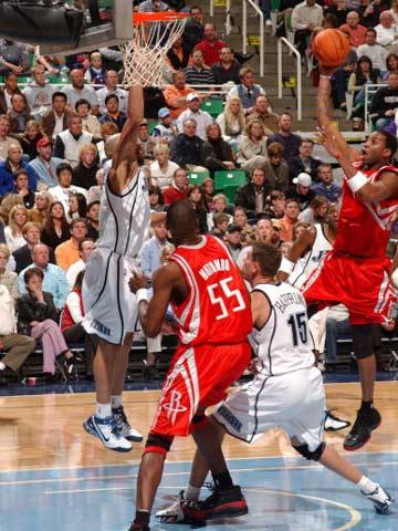 NBA图:常规赛火箭VS爵士 麦迪突破犀利
