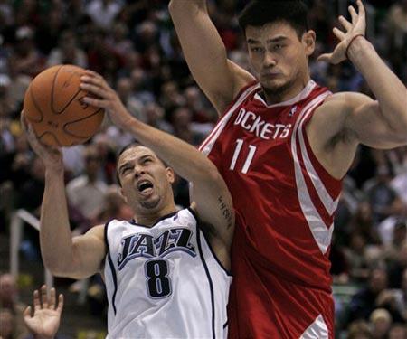 NBA图:首赛火箭不敌爵士 姚明防守威廉姆斯