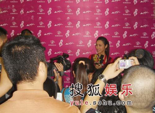南宁国际民歌节开幕 容祖儿与郭可盈以红撞红