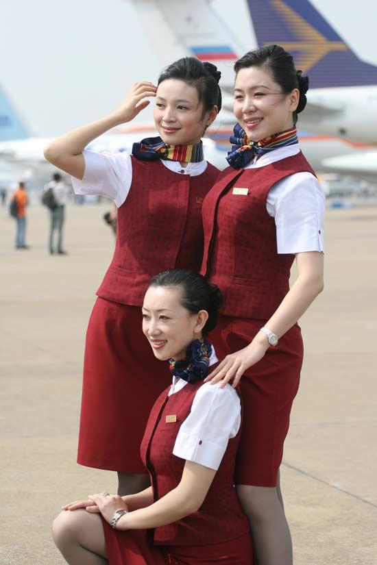 图文:美女空姐摆姿势拍照 搜狐军事频道