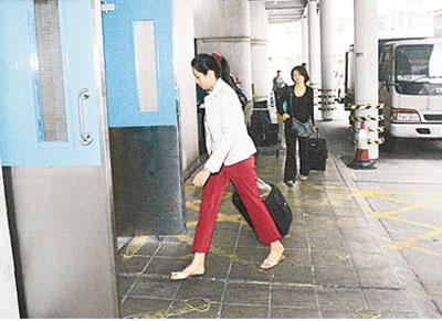 沈殿霞将要出院 两女子带行李箱医院探望(图)