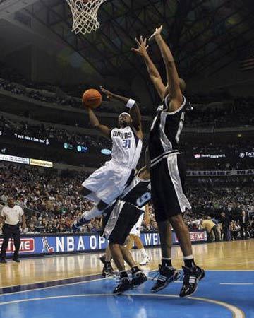 NBA图:常规赛小牛VS马刺 特里强突篮下