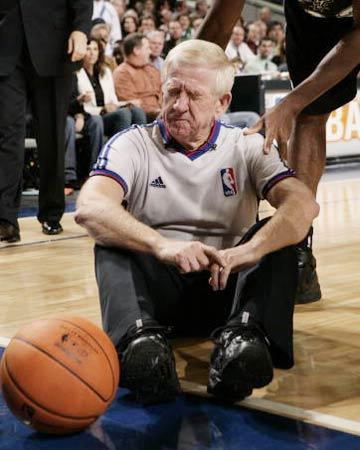 NBA图:常规赛小牛VS马刺 裁判意外受伤