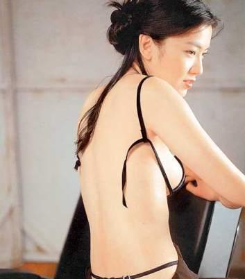 美女露点写真电影_林熙蕾的写真集虽然没有露点照,但其性感程度已挑战个人极限.
