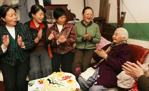 老人 云南省/2006年11月3日,云南省红十字会癌症康复专业委员会的许多成员...