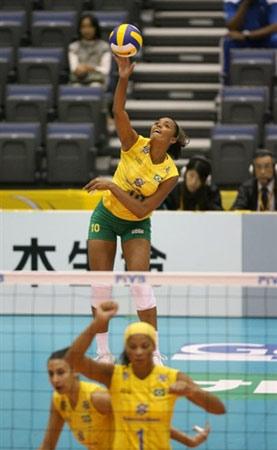 图文:巴西3-0大胜美国 巴西扣球高高在上