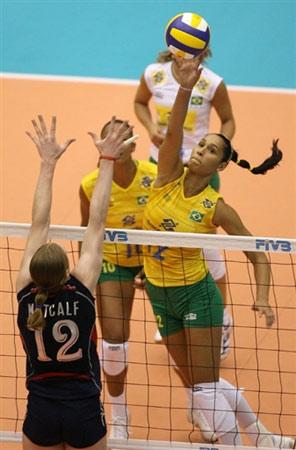 图文:巴西3-0大胜美国 双方网上争夺