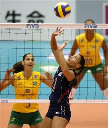 图文:巴西3-0大胜美国 美国女排组织进攻