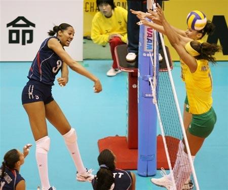 图文:巴西3-0大胜美国 汉尼芙大力扣球
