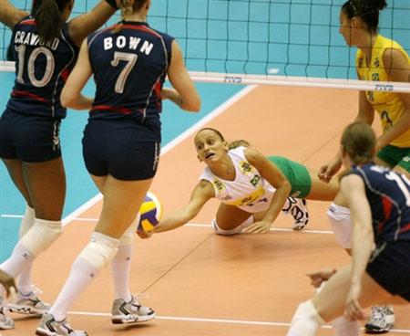 图文:巴西3-0大胜美国 法比亚娜救球瞬间