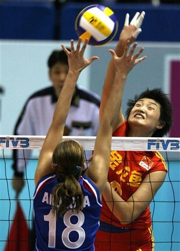 图文:中国女排1-3惨败俄罗斯 杨昊扣篮瞬间