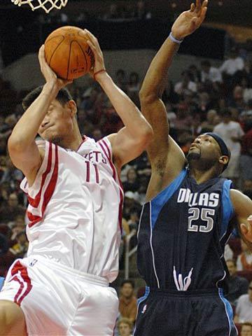 NBA图:常规赛火箭VS小牛 姚明摘下篮板