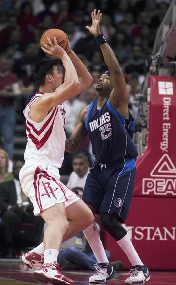 NBA图:常规赛火箭VS小牛 姚明单挑丹皮尔