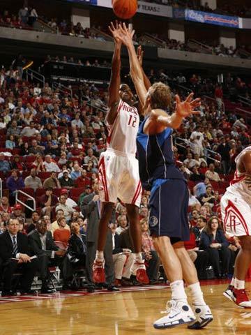 NBA图:常规赛火箭VS小牛 阿尔斯通跳投出手
