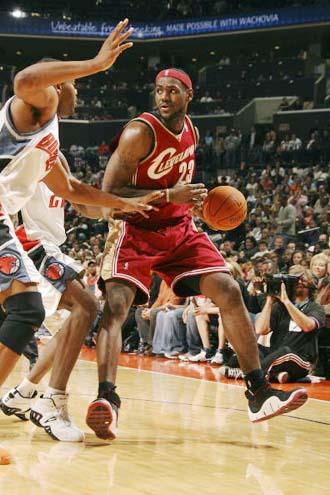NBA图:常规赛骑士不敌山猫 詹姆斯带球进攻
