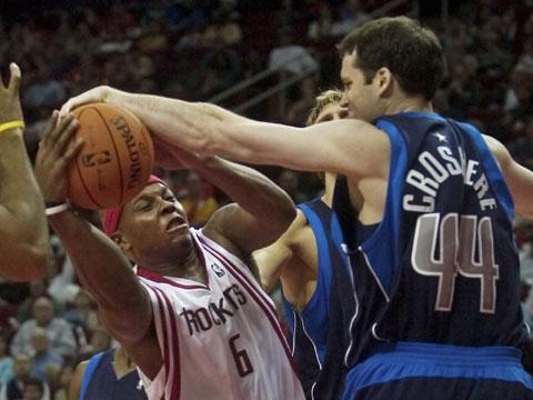 NBA图:常规赛火箭胜小牛 威尔斯进攻受阻