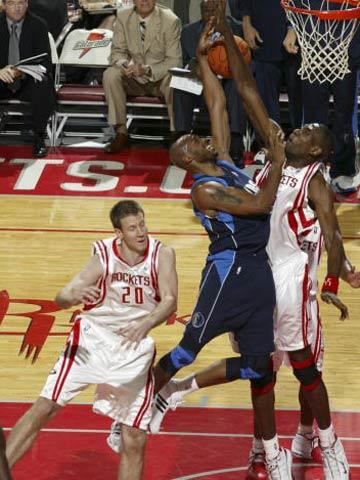 NBA图:常规赛火箭胜小牛 穆大叔飞身大帽出手