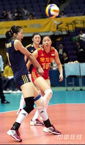 图文:中国女排对德国 周苏红接球
