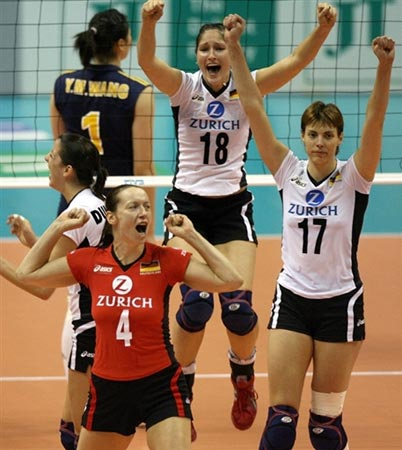 图文:中国1-3不敌德国 德国女排庆祝胜利