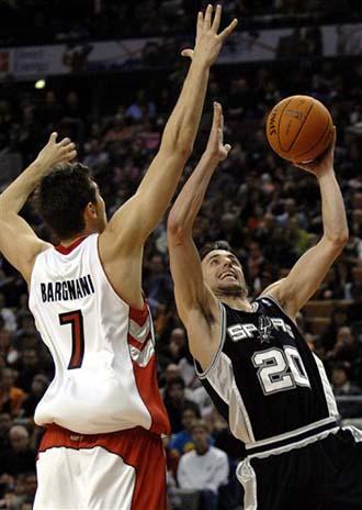 NBA图:马刺胜猛龙 吉诺比利突破上篮