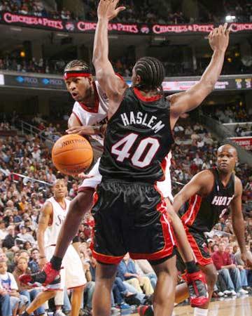 NBA图:奥尼尔缺阵热火输球 艾弗森高难度传球