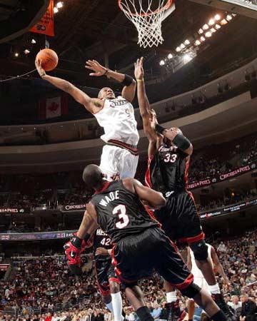 NBA图:奥尼尔缺阵热火输球 依格达拉大力扣篮
