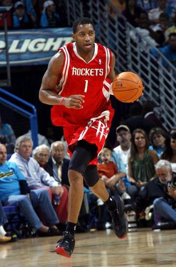 NBA图:常规赛黄蜂胜火箭 麦迪带球进攻