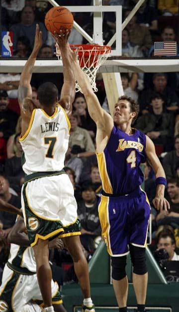 NBA图:常规赛湖人VS超音速 刘易斯后仰跳投