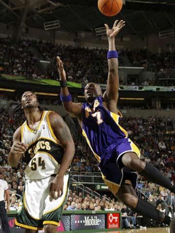 NBA图:常规赛湖人VS超音速 奥多姆这样也能投