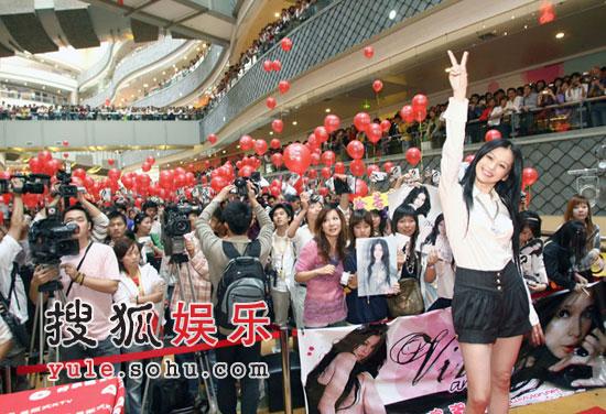 徐若�u上海签售万人空巷 老外歌迷苦等数小时