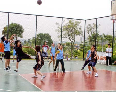 广东工业大学新生篮球赛 女篮对阵很激烈图片