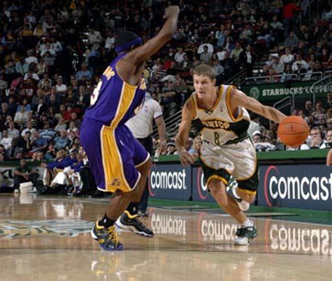 NBA图:常规赛湖人负超音速 雷德诺带球突破