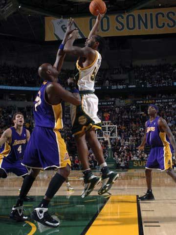 NBA图:常规赛湖人负超音速 韦尔考克斯抛射