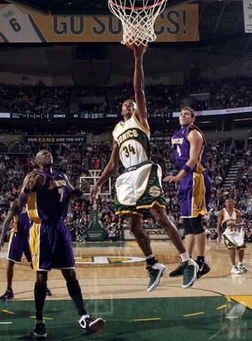 NBA图:常规赛湖人负超音速 雷-阿伦单手上篮