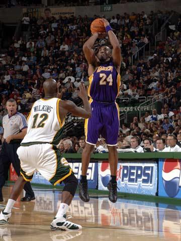 NBA图:常规赛湖人负超音速 科比三分出手