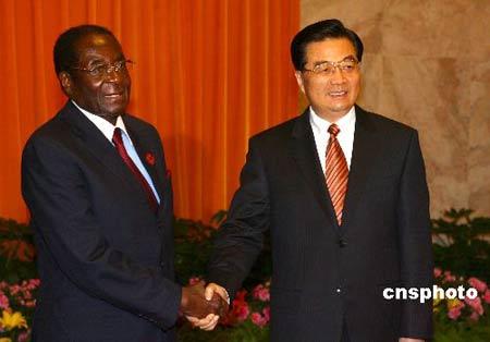 图:胡锦涛会见津巴布韦总统穆加贝