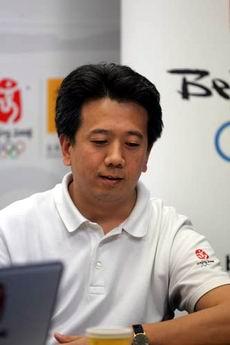 """资料图:""""走近我们的奥运"""" 李世新查看提问"""