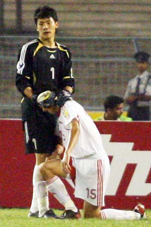 图文:亚青赛中国1-2不敌约旦 王大雷安慰戴琳