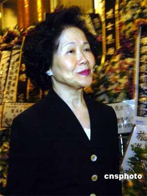 组图:香港各界人士拜祭霍英东